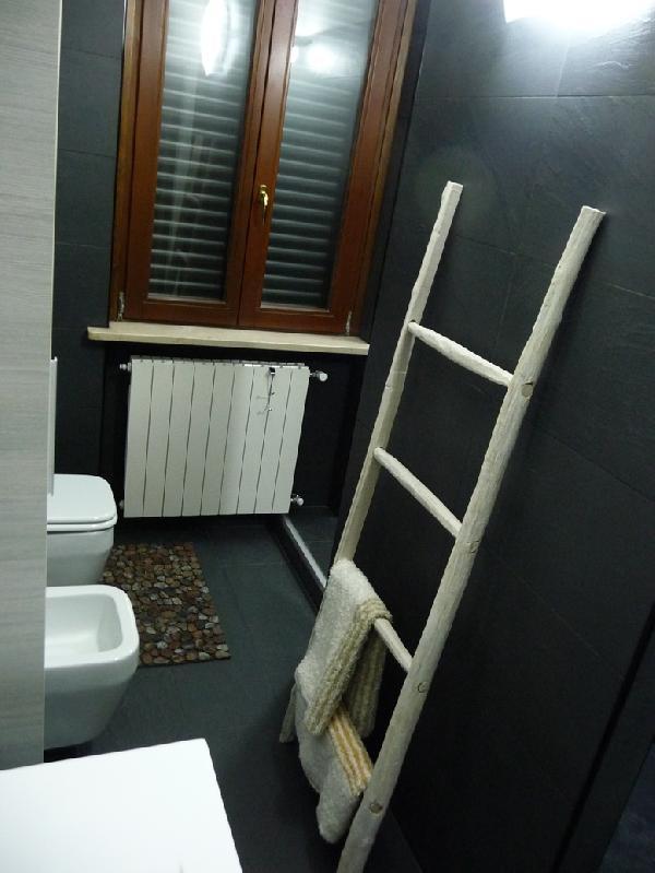 Portasalviette per bagno idee creative di interni e mobili - Scaletta porta asciugamani bagno ...